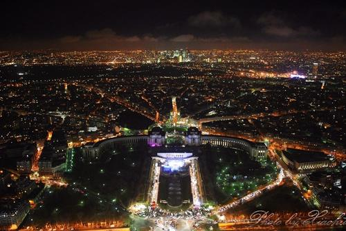从埃菲尔铁塔俯拍; 巴黎夜景
